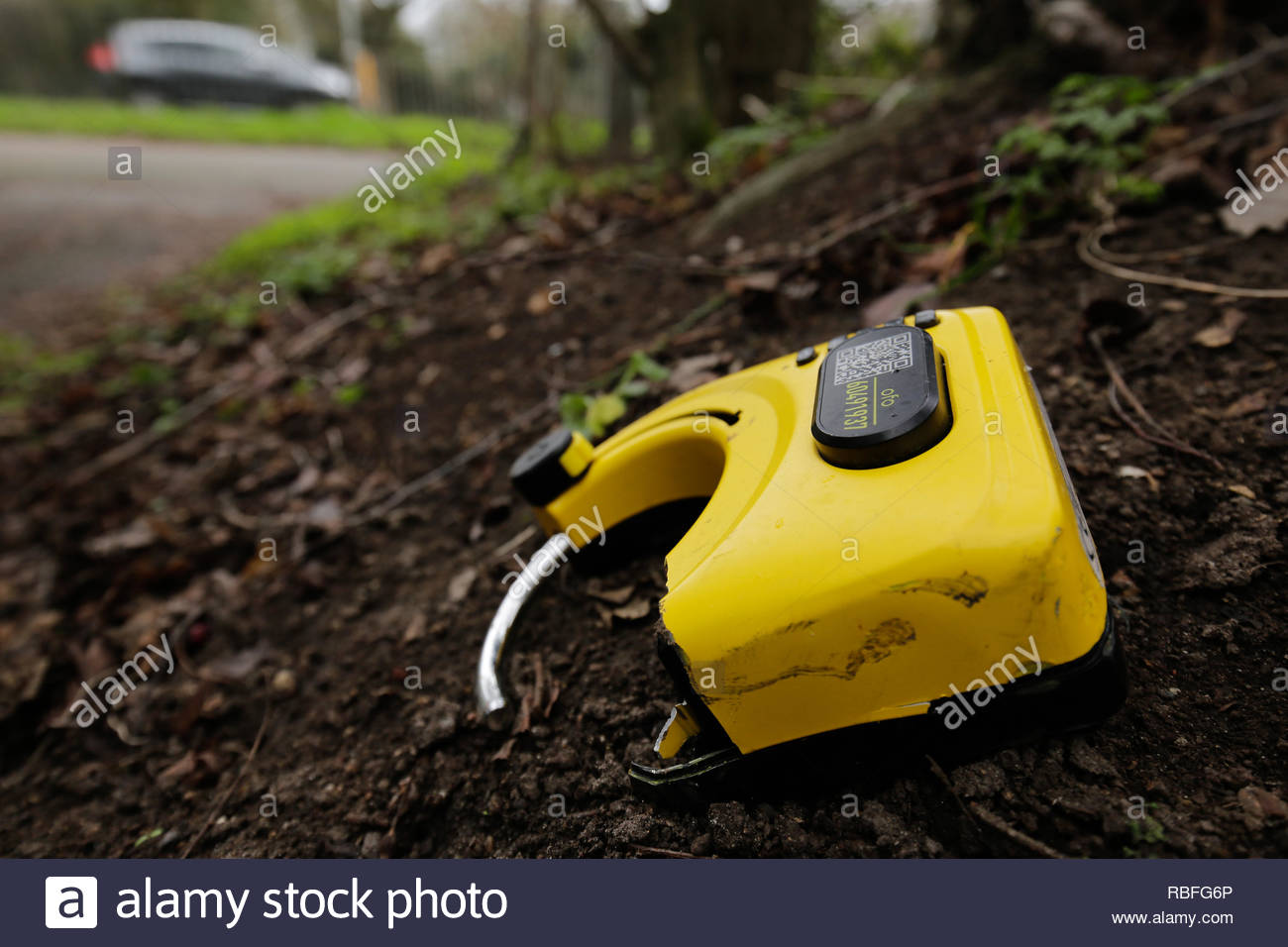 Cambridge, UK. 10th Jan, 2019. A vandalised ofo bike's tracker broken off and left on the side of Barnwell road, Cambridge, adding to the multitude of bikes now being taken advantage of in the city. Credit: Jonathan Mbu/Alamy Live News. - Stock Image