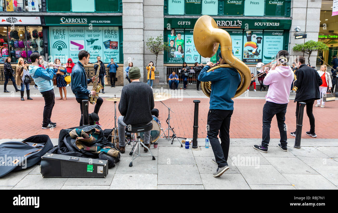Street musicians on King St. near Grafton St., entertaining tourists and onlookers. - Stock Image
