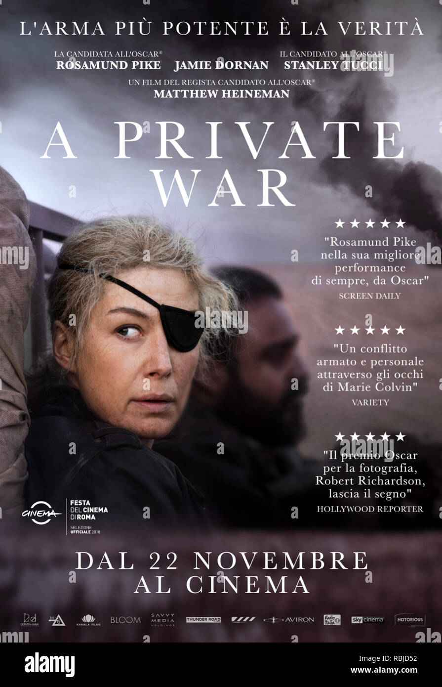 Prod DB © Acacia Filmed Entertainment - Thunder Road Pictures / DR A PRIVATE WAR de Matthew Heineman 2018 USA/GB teaser italien Rosamund Pike Jamie Dornan Stanley Tucci biopic; biography; femme journaliste; journalist; Marie Colvin; femme reporter; borgne; one eyed; cache-oeil noir; eyepatch based on the Vanity Fair article 'Marie Colvin's Private War' by Marie Brenner d'apres l'article de Marie Brenner - Stock Image