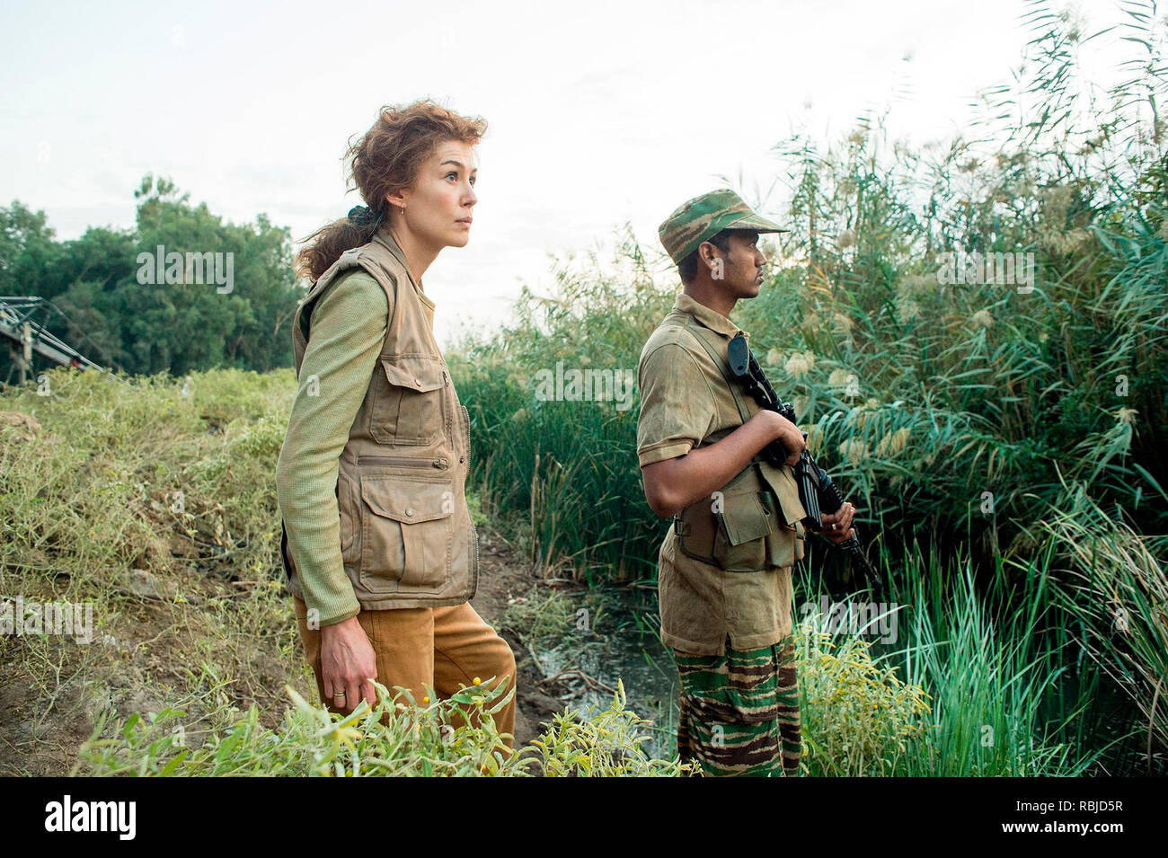 Prod DB © Acacia Filmed Entertainment - Thunder Road Pictures / DR A PRIVATE WAR de Matthew Heineman 2018 USA/GB Rosamund Pike. biopic; biography; femme journaliste; journalist; Marie Colvin; femme reporter;  based on the Vanity Fair article 'Marie Colvin's Private War' by Marie Brenner d'apres l'article de Marie Brenner - Stock Image