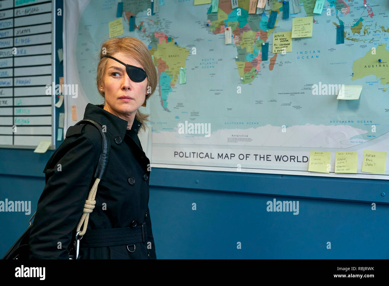 Prod DB © Acacia Filmed Entertainment - Thunder Road Pictures / DR A PRIVATE WAR de Matthew Heineman 2018 USA/GB Rosamund Pike. biopic; biography; femme journaliste; journalist; Marie Colvin; femme reporter; borgne; one eyed; cache-oeil noir; eyepatch based on the Vanity Fair article 'Marie Colvin's Private War' by Marie Brenner d'apres l'article de Marie Brenner - Stock Image