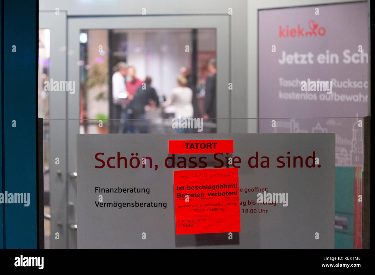 Hamburg, Germany. 10th Jan, 2019. A police sticker on a window of a bank indicates a 'crime scene' and that the branch is closed with the remark: 'Closed due to robbery! An armed 70-year-old is said to have attacked a bank in Hamburg's St. Georg district - and was arrested shortly afterwards. The man had wanted to escape with his prey on a bicycle, which he had probably taken with him to the branch, said a spokesman for the Situation Centre in the night to Friday 11.01.2019. Credit: JOTO/dpa/Alamy Live News - Stock Image