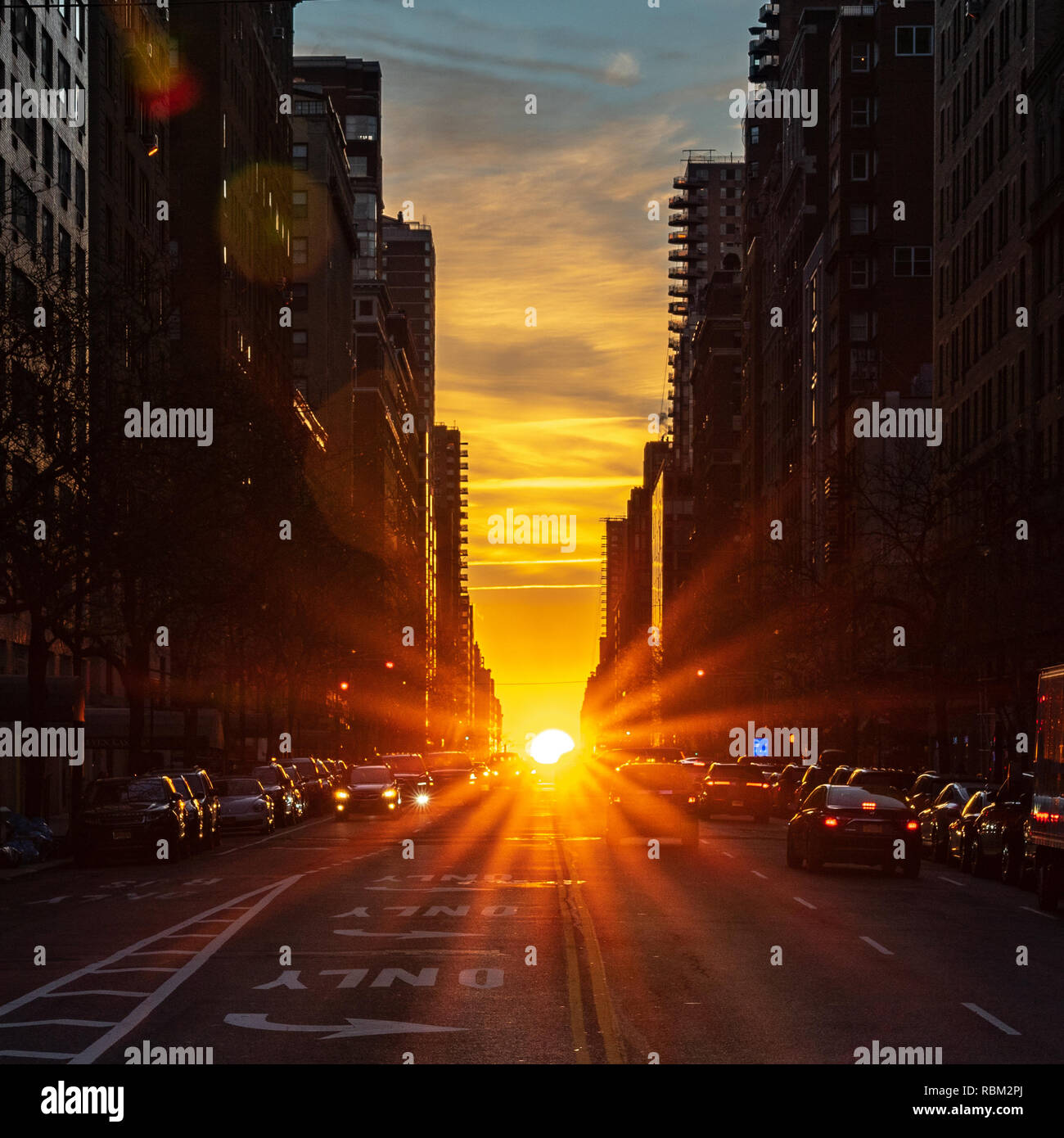 New York, USA. 11th Jan 2019. The rising sun is seen from Manhattan during the Winter Solstice. Twice a year the sun is perfectly aligned with the East-West streets of the main New York City street grid, a phenomenon called Manhattanhenge or Manhattan Solstice. Credit: Enrique Shore/Alamy Live News - Stock Image