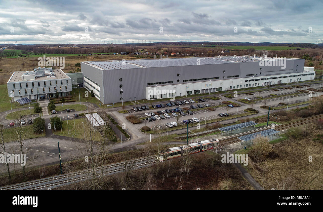 10 January 2019, Brandenburg, Frankfurt (Oder): The solar plant of Astronergy Solarmodule GmbH, a company of the Chinese Chint-Group (aerial photo with a drone). Astronergy Solarmodule GmbH took over the module factory of the insolvent solar company Conergy at the beginning of 2014. Astronergy belongs to the globally active Chinese Chint-Group. (to 'Producer of solar modules stops production in Frankfurt (Oder)' from 11.01.2019) Photo: Patrick Pleul/dpa-Zentralbild/dpa - Stock Image