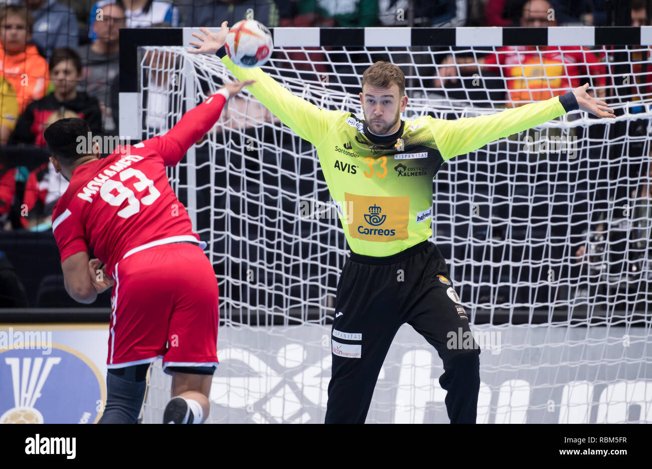 11 January 2019, Bavaria, München: Handball: World Championship, Bahrain - Spain, preliminary round, Group B, 1st matchday in the Olympic Hall. Mohamed Habib Hasan of Bahrain throws a seven-man at the gate of Gonzalo Perez De Vargas of Spain. Photo: Sven Hoppe/dpa Stock Photo