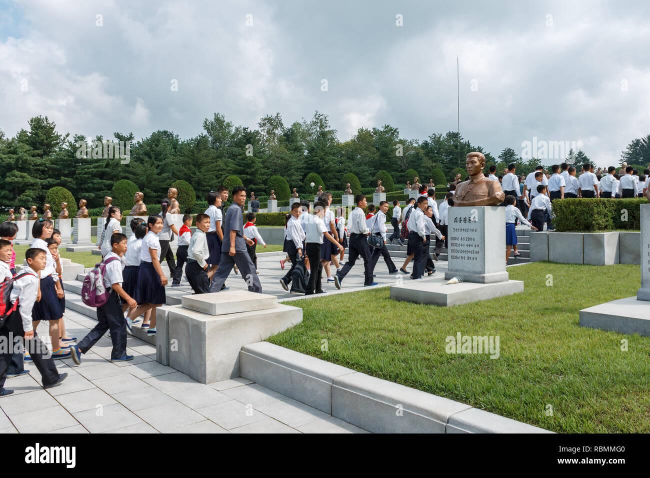 Korean students at the memorial cemetery of revolutionaries in Pyongyang. - Stock Image