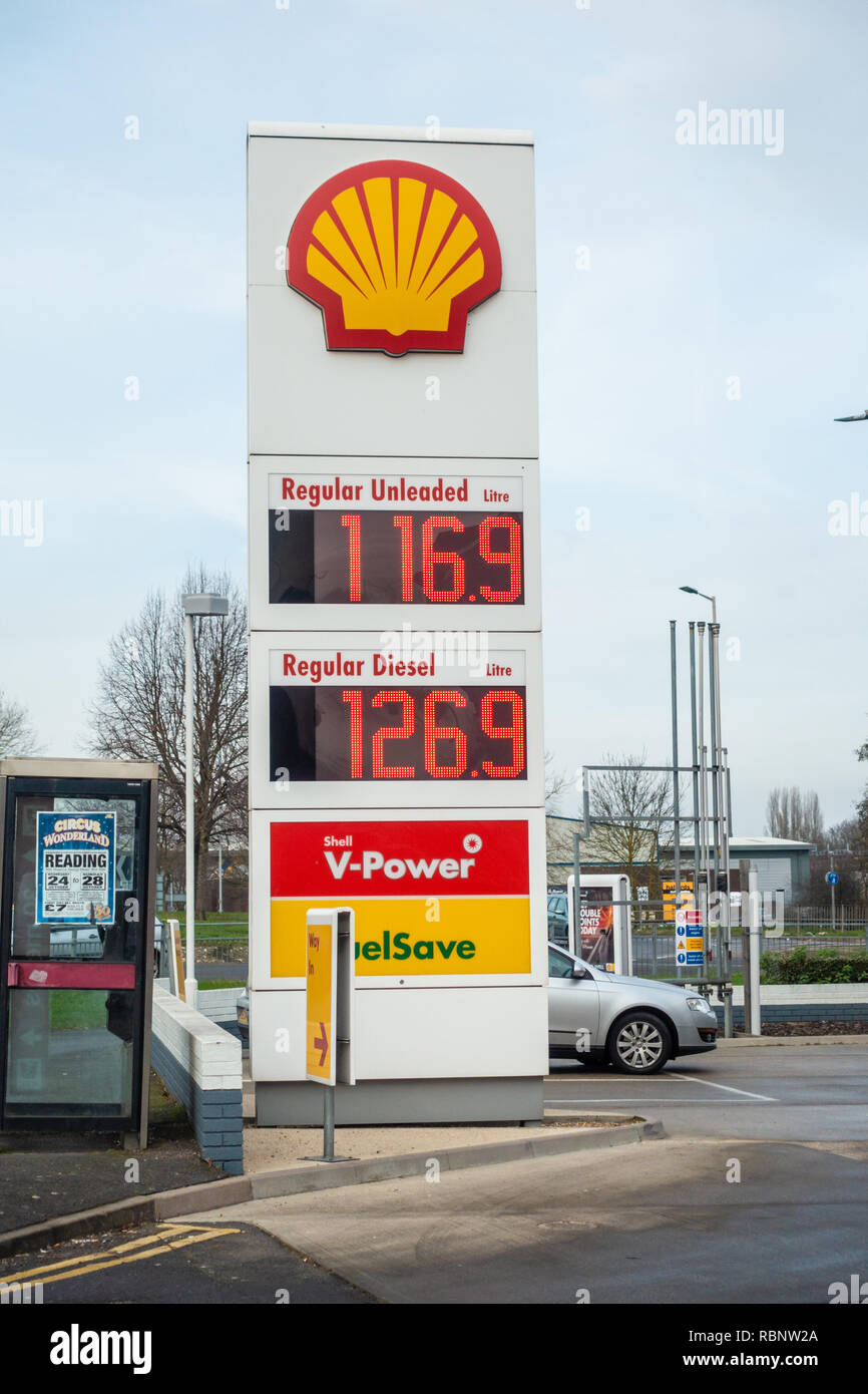 The Shell petrol station on Oxford Road in Reading Berkshire, UK - Stock Image