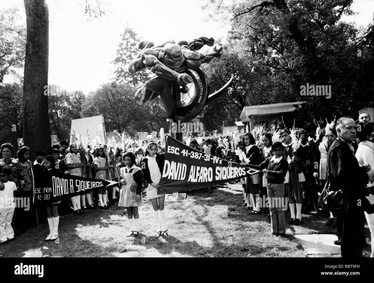 014630-043 INAUGURACION DE UNA ESCULTURA EN LA TUMBA DEL PINTOR DAVID ALFARO SIQUEIROS EN LA ROTONDA DE LOS HOMBRES ILUSTRES NOVIEMBRE 09 1974 (40833157491). - Stock Image