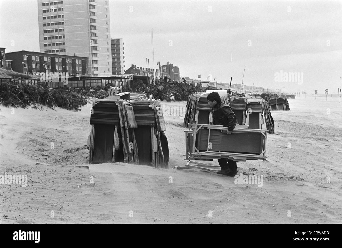 Aanhoudend slecht weer in Nederland strandstoelen worden weggehaald, 34 bord erwtensoep, Bestanddeelnr 931-5699. Stock Photo
