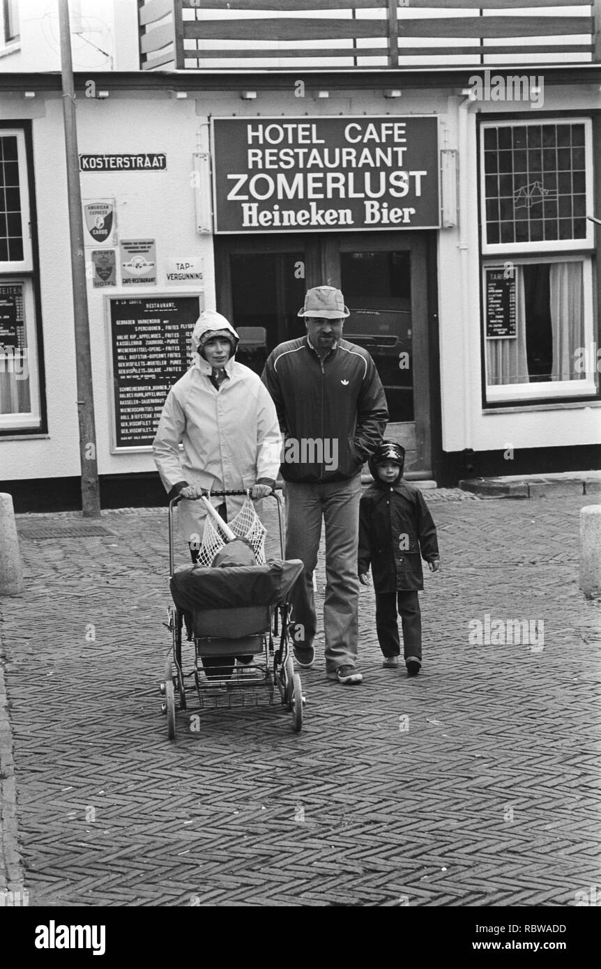 Aanhoudend slecht weer in Nederland vakantiegangers lope door de stromende regen in Zandvoort, op de achtergrond hotel Zomerlust, Bestanddeelnr 931-5696. Stock Photo