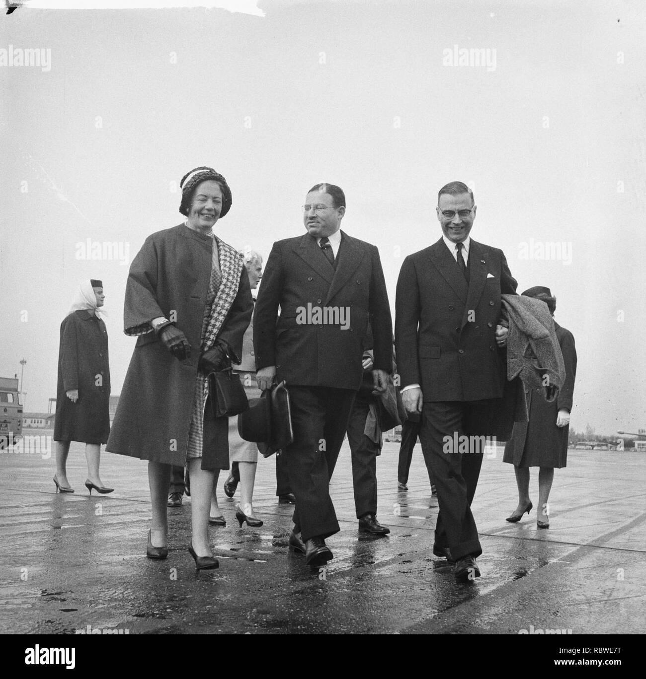 Aankomst Lord Mayor van London op Schiphol Mevrouw Van Hall , Lord Mayor en bur, Bestanddeelnr 912-3935. - Stock Image
