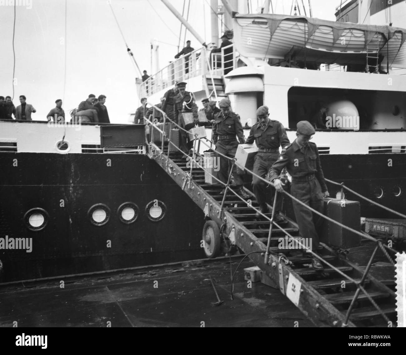 Aankomst van Ms Willemstad met detachement militairen uit Suriname, ontschepi, Bestanddeelnr 910-8917. - Stock Image