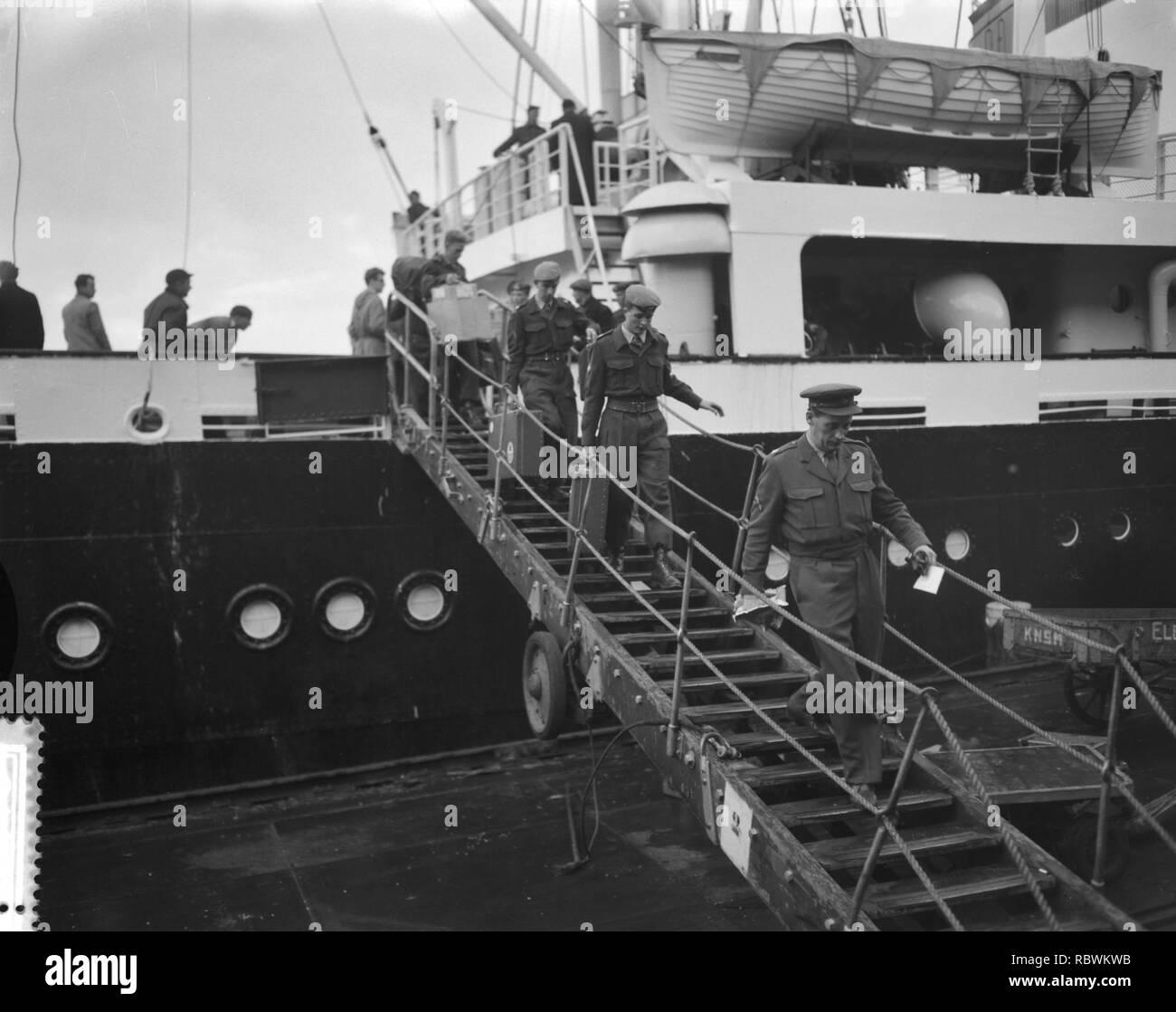 Aankomst van Ms Willemstad met detachement militairen uit Suriname, ontschepi, Bestanddeelnr 910-8918. - Stock Image