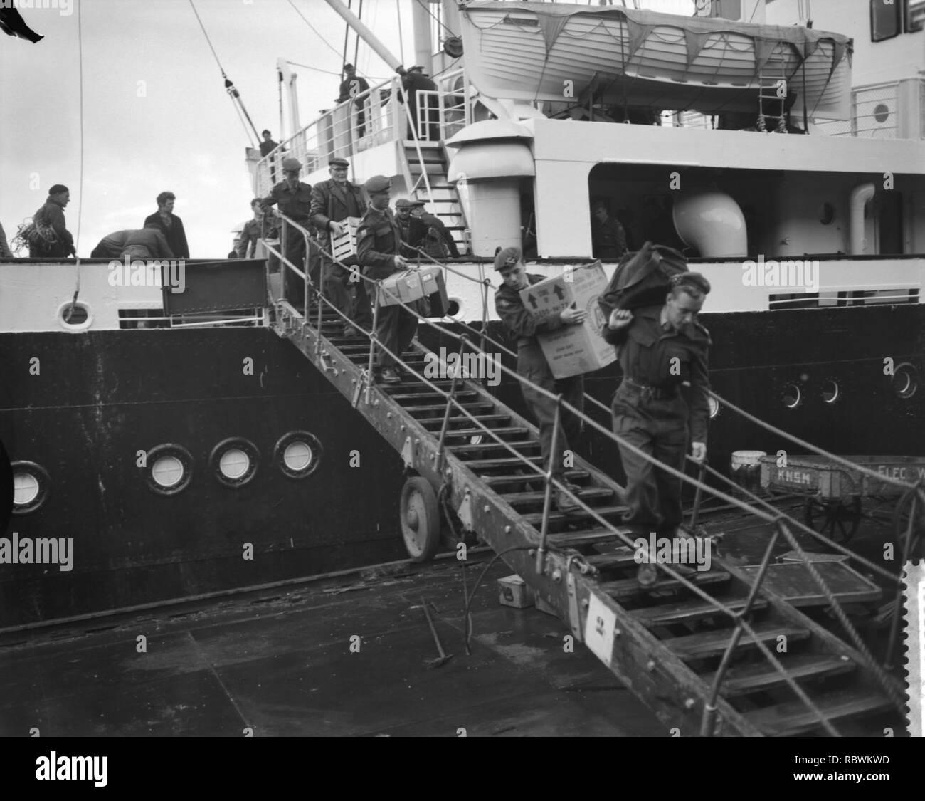 Aankomst van Ms Willemstad met detachement militairen uit Suriname, ontschepi, Bestanddeelnr 910-8920. - Stock Image