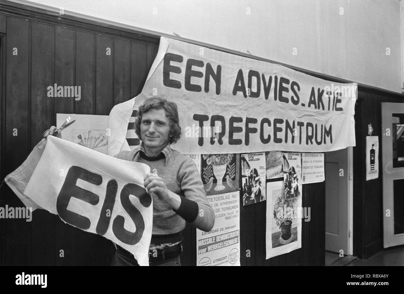 fb7041cbf61c Actiecentrum voor Amsterdams Werklozencomite voorzitter Jan Mannaerts met  spand