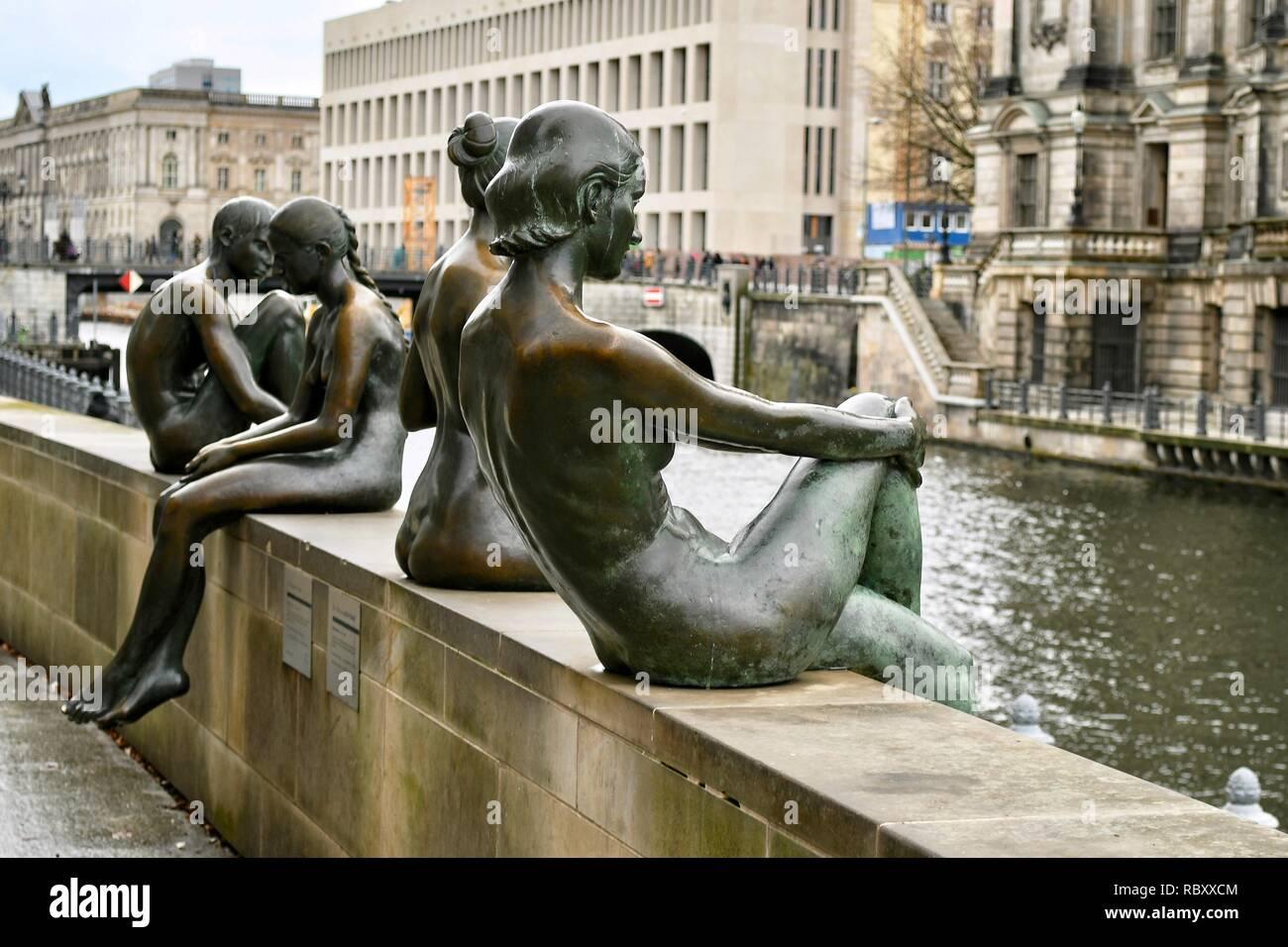 Drei Mädchen und ein Junge statues in Berlin - Stock Image