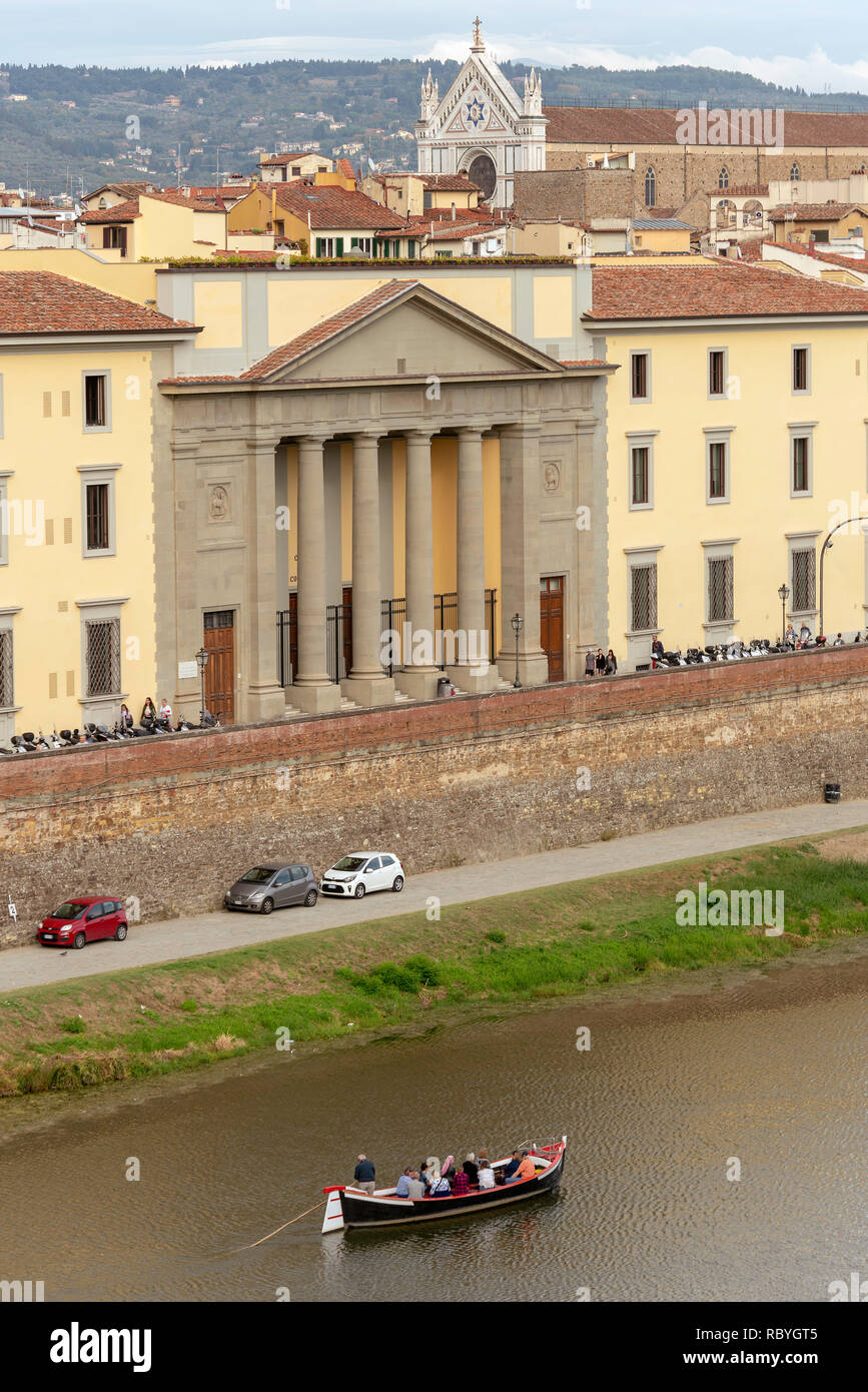 Boaters on the Arno pass the Uffizi Gallery - Stock Image