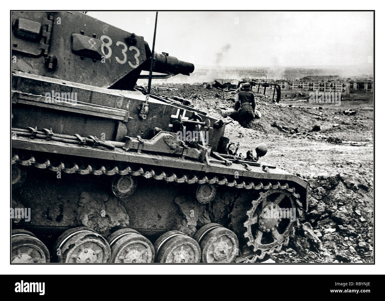 """BATTLE OF STALINGRAD German medium tank Panzer Pz.Kpfw. IV with the number """"833"""" of the 14th Panzer Division of the Wehrmacht on the German positions in the Battle of Stalingrad. Stalingrad, USSR October 1942 - Stock Image"""