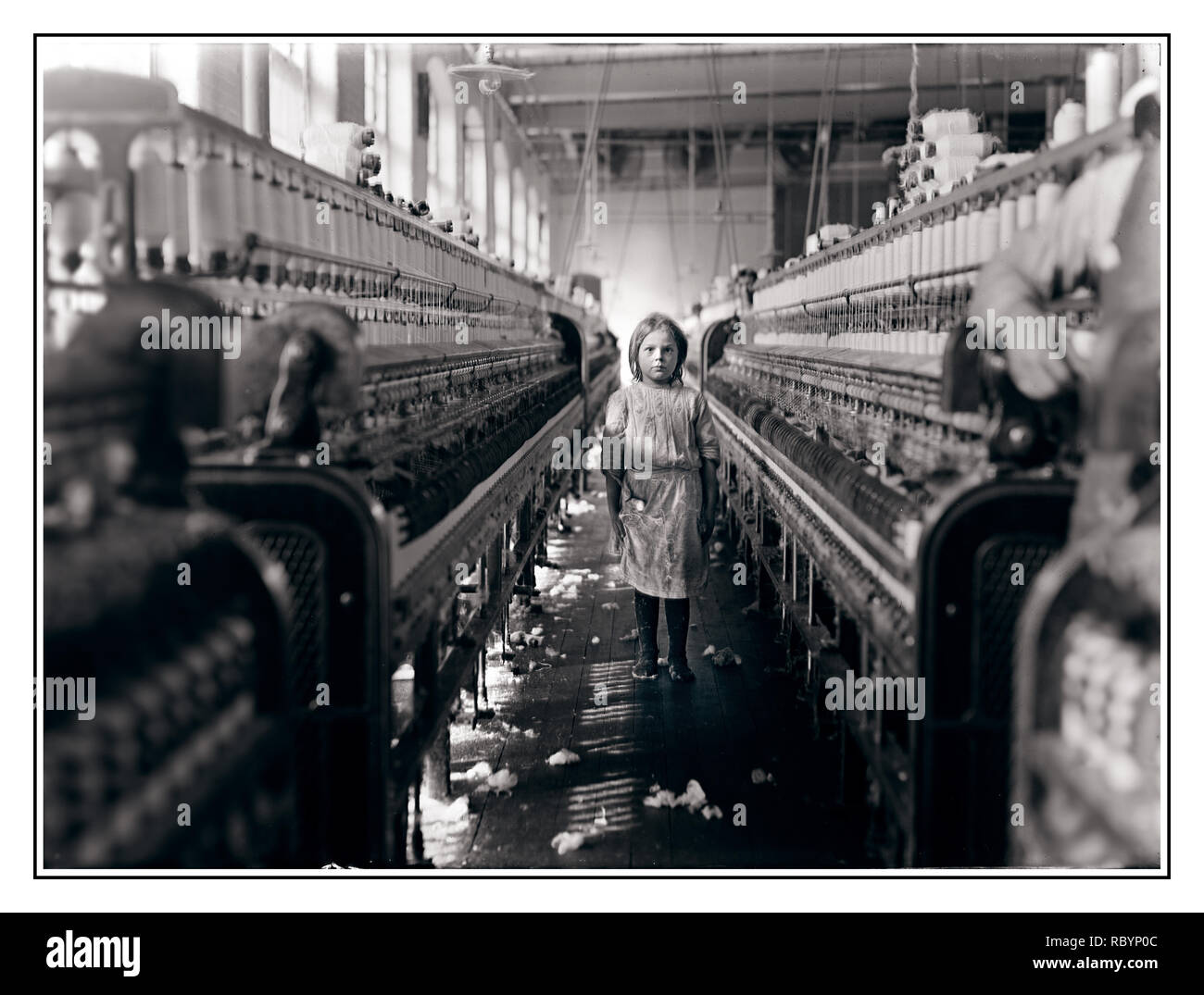 CHILD LABOUR UNDERAGE WORKERS RIGHTS Archive 1900's B&W image of underage young girl Child labour worker in the Mollohan Cotton Mills, Newberry, South Carolina, USA December 1908 - Stock Image