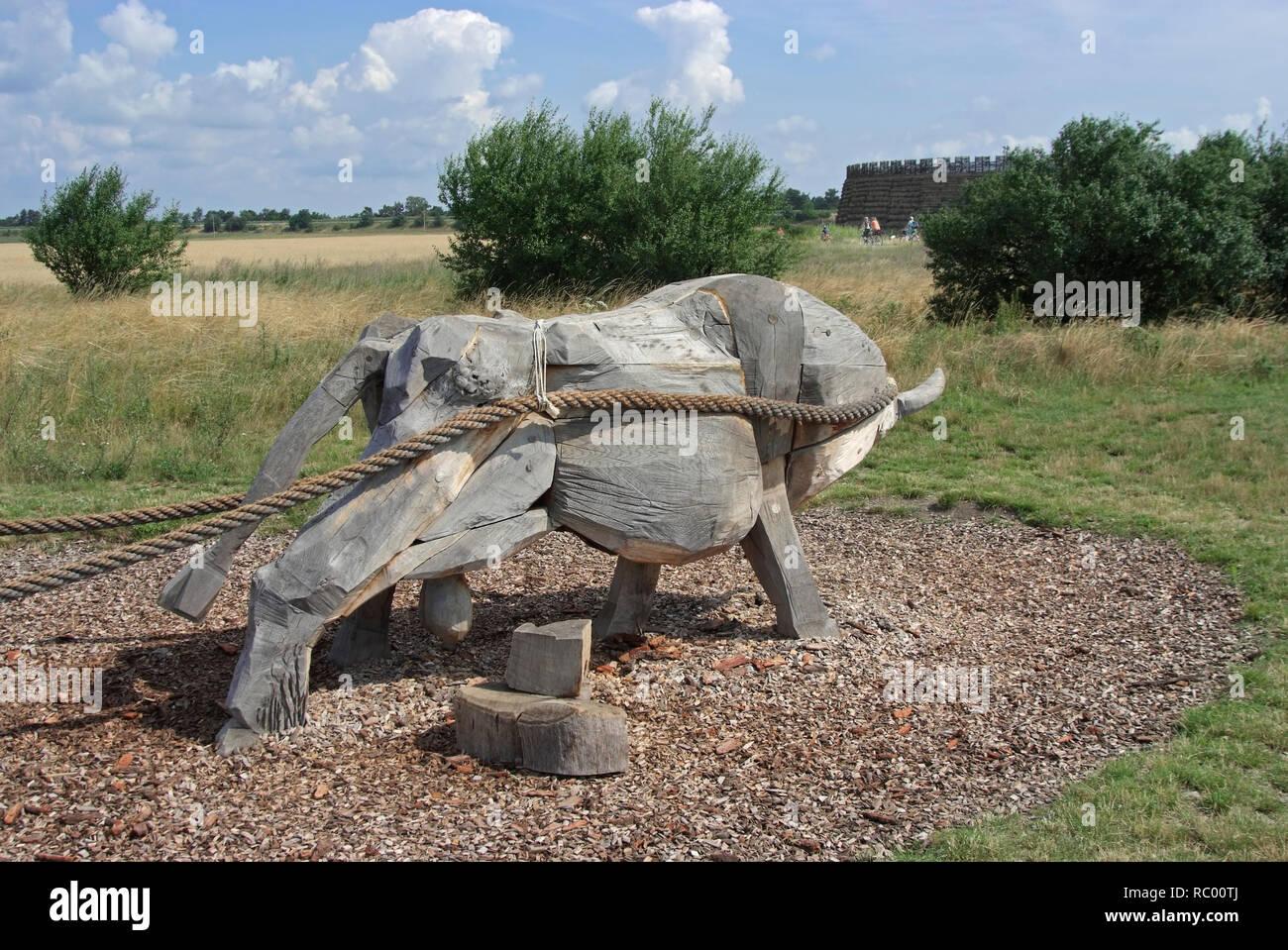 Holzochse vor Slawenburg Raddusch bei Vetschau, Spreewald, Landkreis Oberspreewald-Lausitzkreis, Land Brandenburg, Deutschland, Europa   castle for th - Stock Image
