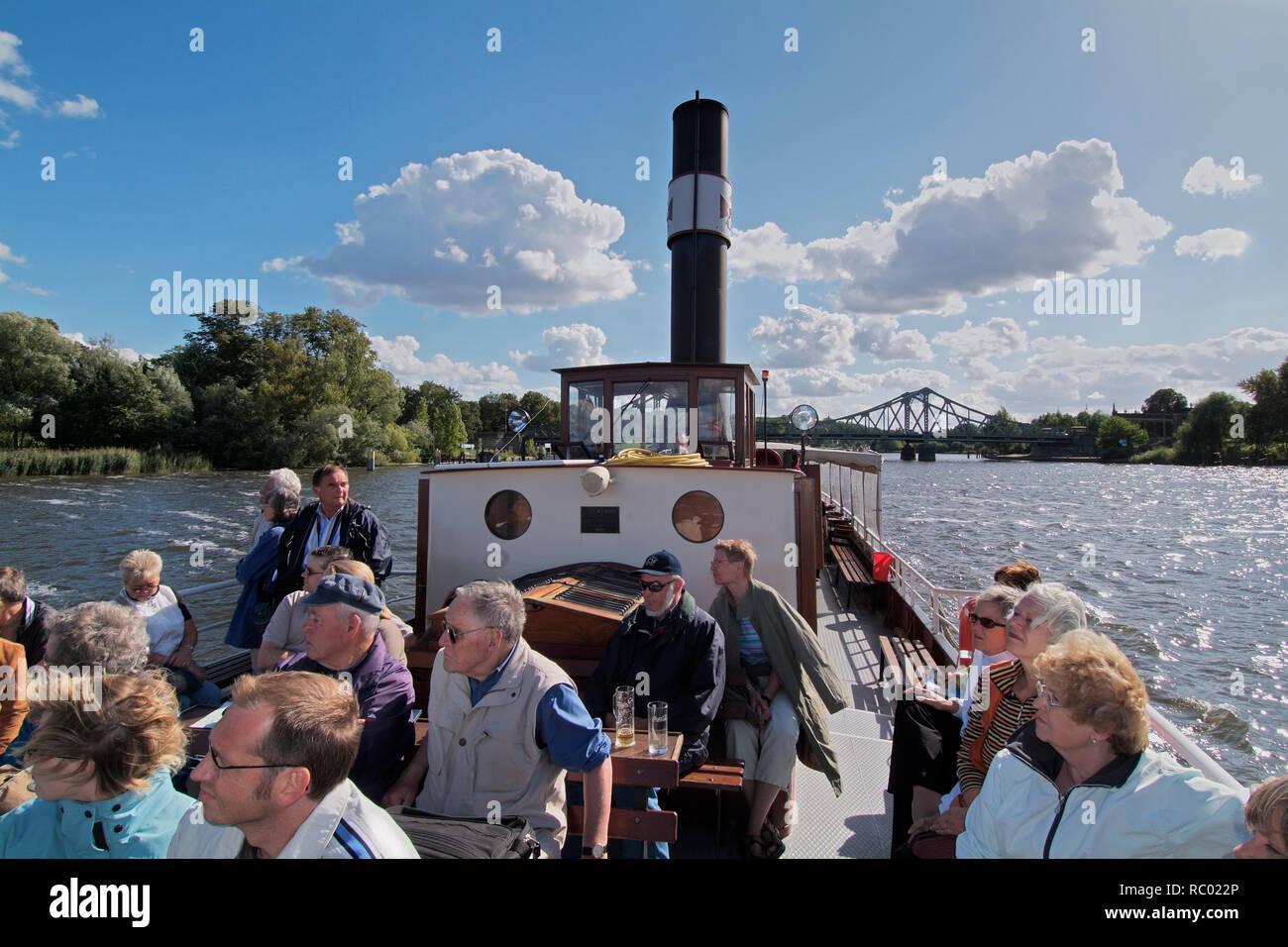 historisches Dampfschiff 'Gustav' auf der Havel, HG Glienicker Brücke, Verbindung Berlin - Potsdam über die Havel, im 'Kalten Krieg' Agentenaustausch  - Stock Image