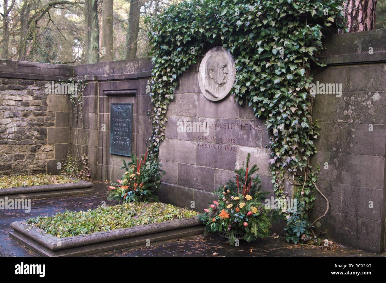 Südwest Kirchhof Stahnsdorf, Grabstätte der Familie von Siemens, Werner von Siemens, Industrieller, Berlin, Deutschland, Europa | Southwest Churchyard Stock Photo