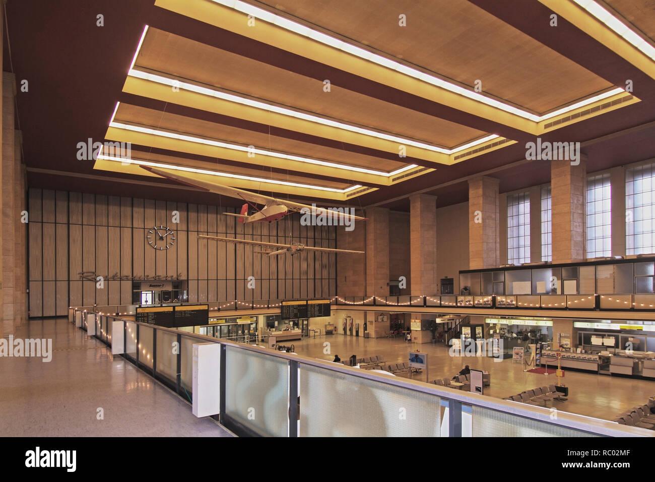 Flughafen Tempelhof, Abfertigungshalle, Berlin, Deutschland, Europa | Tempelhof airport, terminal building, Berlin, Germany, Europe - Stock Image