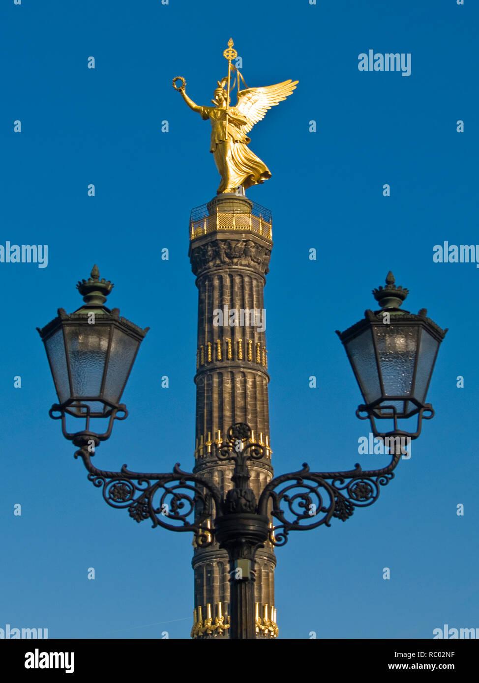 Siegessäule mit Victoria, davor steht eine alte Laterne, Berlin, Deutschland, Europa | Victory column with Victoria, in front is a latern, Berlin, Eur - Stock Image