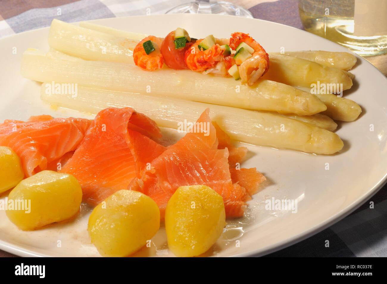 weißer Stangenspargel mit bebeiztem Lachs und Flusskrebsen | white Asparagus with river crayfish and smoked salmon - Stock Image