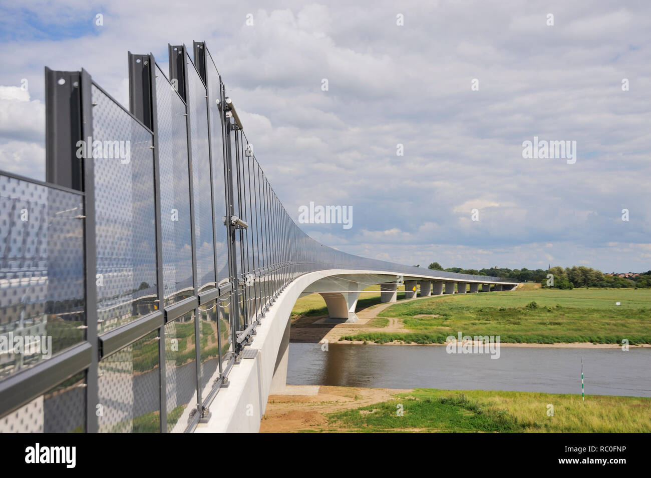 Elbebrücke Mühlberg, Stahlverbundbrücke, Mühlberg an der Elbe, Elberadweg, Landkreis Elbe-Elster, Brandenburg, Deutschland, Europa   Elbe Bridge Muehl - Stock Image