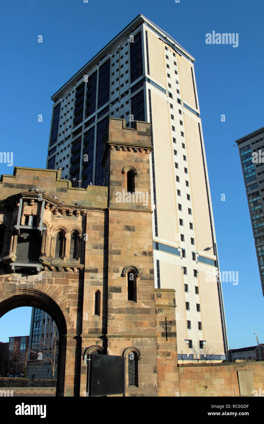High rise, tower blocks of flats in the Gorbals area of Glasgow. The gate house to the Southern Necropolis cemetery can be seen in the foreground of the photograph. Alan Wylie/ALAMY © - Stock Image