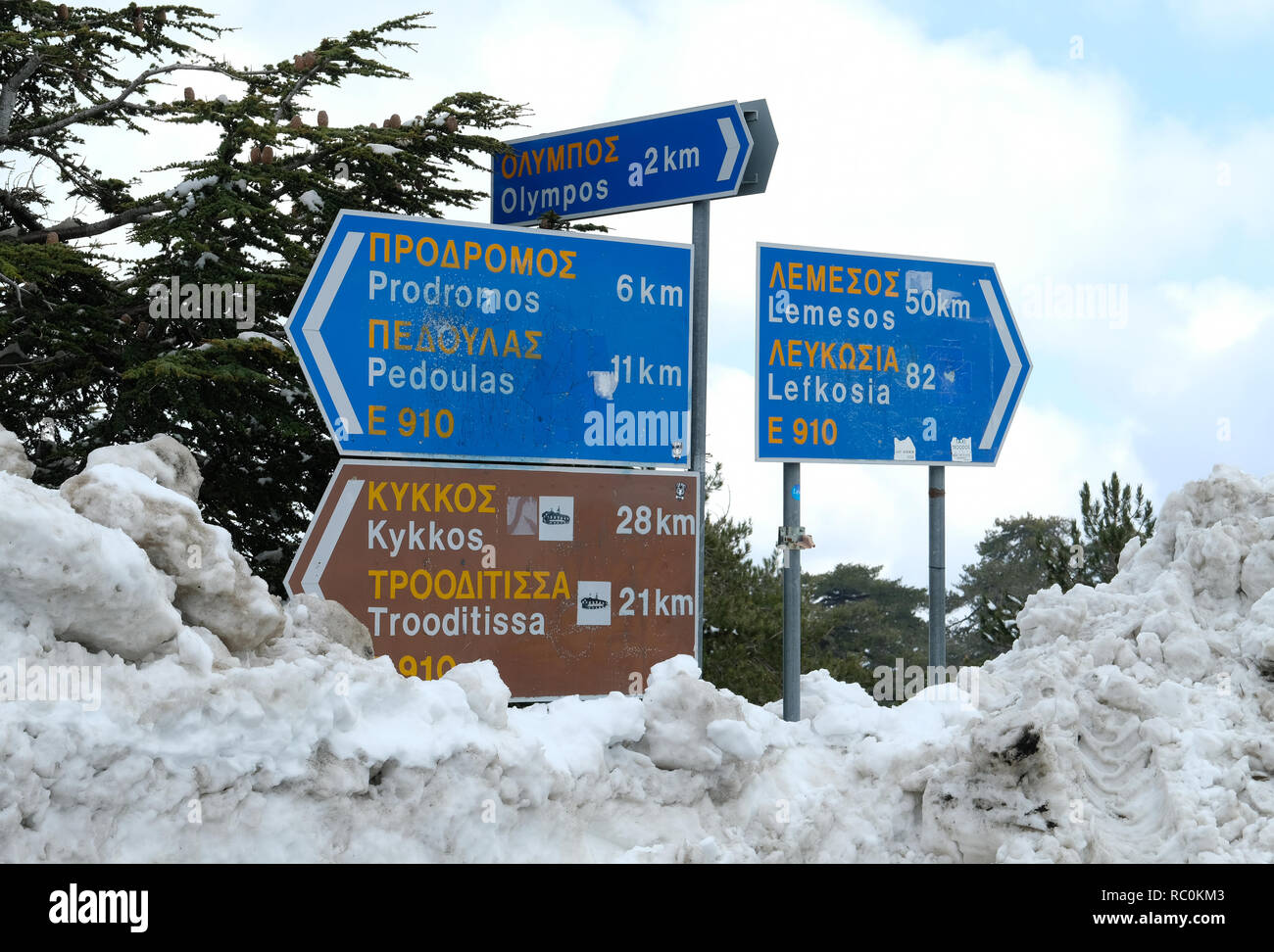 Road signs after heavy snow fall on Mount Olympus in the Troodos Mountains, Cyprus. - Stock Image
