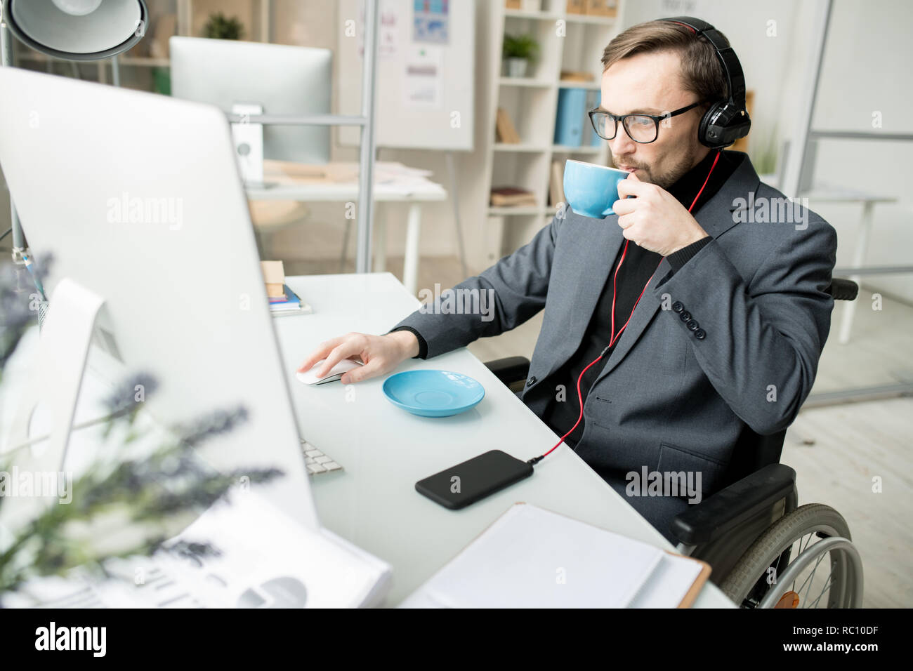 Disabled businessman working at office - Stock Image
