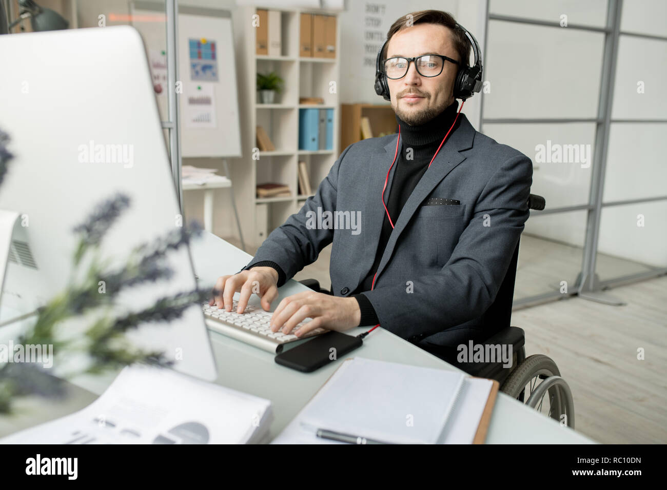 Disabled businessman working on computer - Stock Image