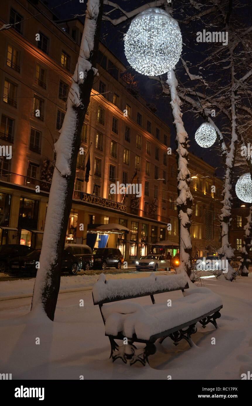 Winterszene am Promenadeplatz in München (Bayern, Deutschland) mit Winterbeleuchtung, vor dem Hotel Bayerischer Hof - Stock Image