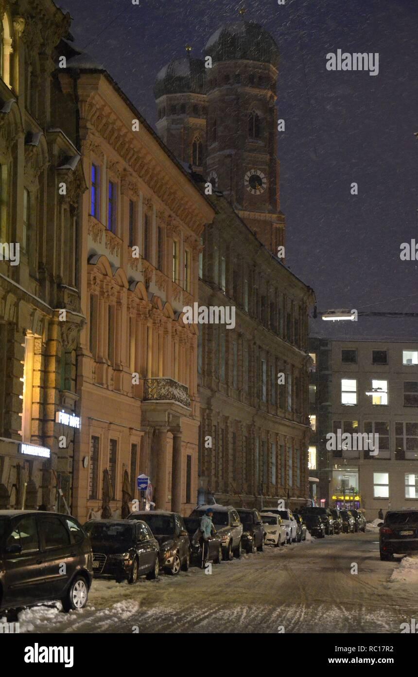 München (Bayern, Deutschland): Blick durch die Kardinal-Faulhaber-Straße zum Dom, im Winter mit Schnee - Stock Image