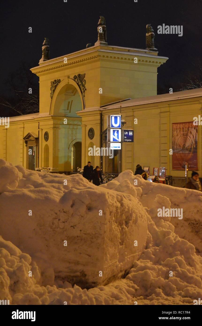 Schneehaufen am Odeonsplatz in München (Bayern, Deutschland) - Stock Image