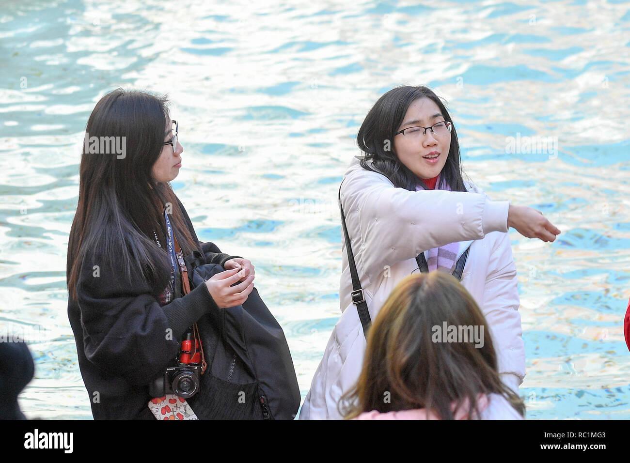 Foto Fabrizio Corradetti/LaPresse 13 gennaio 2019 Roma, Italia  Cronaca Fontana di Trevi Nella foto: Turista lancia una moneta nella fontana - Stock Image