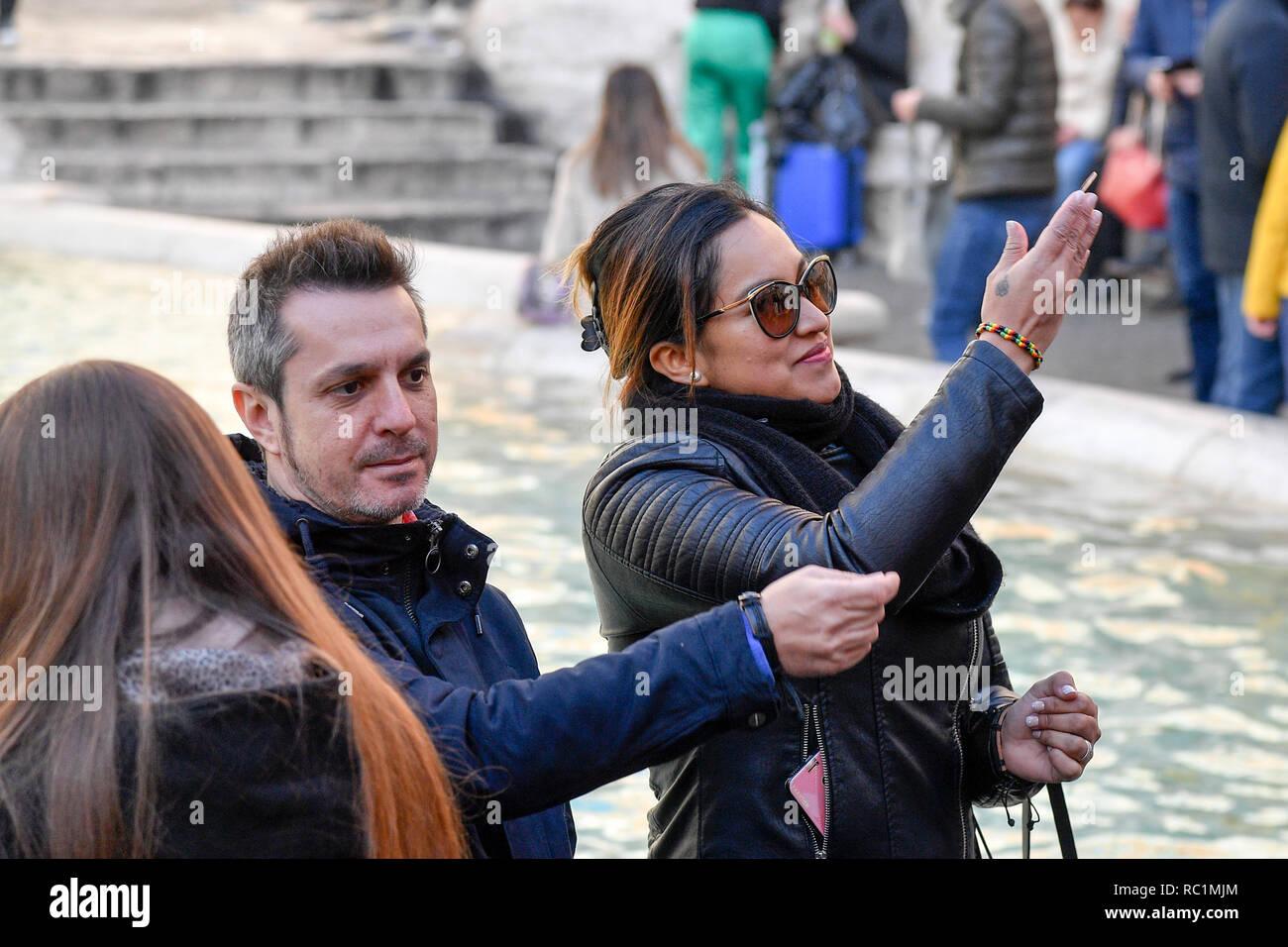 Foto Fabrizio Corradetti/LaPresse 13 gennaio 2019 Roma, Italia  Cronaca Fontana di Trevi Nella foto: Turista lancia una moneta nella fontana Stock Photo
