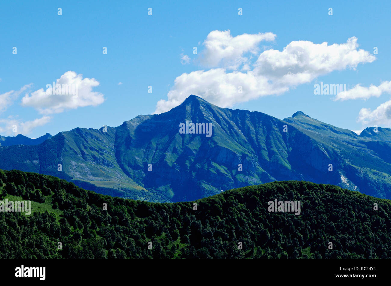 South Switzerland: Piz/Mount Vogorno at the entrance of the Verzasca valley in Ticino - Stock Image