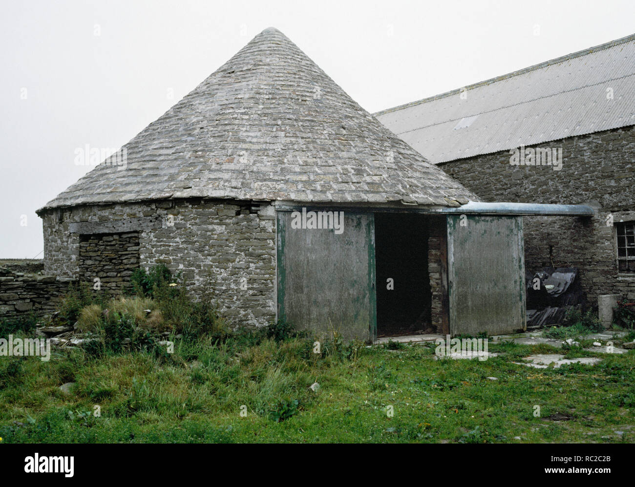 Holland Farm Horse engine house or horse mill tramp, Papa Westray, Orkney. The geared mechanism drove a threshing machine in the adjacent building. - Stock Image