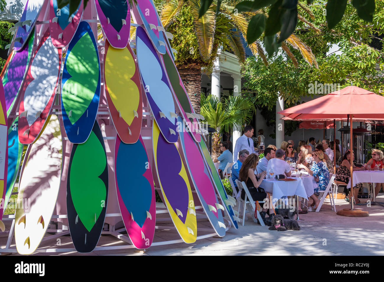 Outdoor dining at the posh Royal Poinciana Plaza in Palm Beach, Florida. (USA) - Stock Image