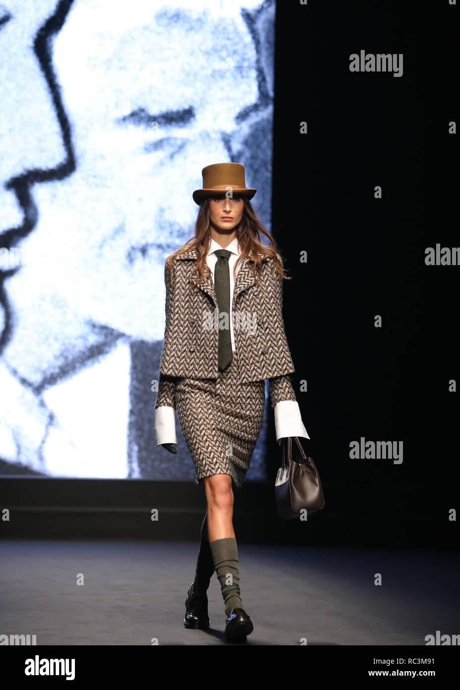 19481590ae9e 13, 2019 (Xinhua) - (190113) -- MILAN, Jan. 13, 2019 (Xinhua) -- A model  presents a creation for DAKS during Milan Men's Fashion Week Fall/Winter ...