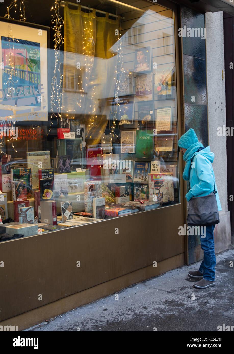 Frau sieht sich Bücher an Stock Photo