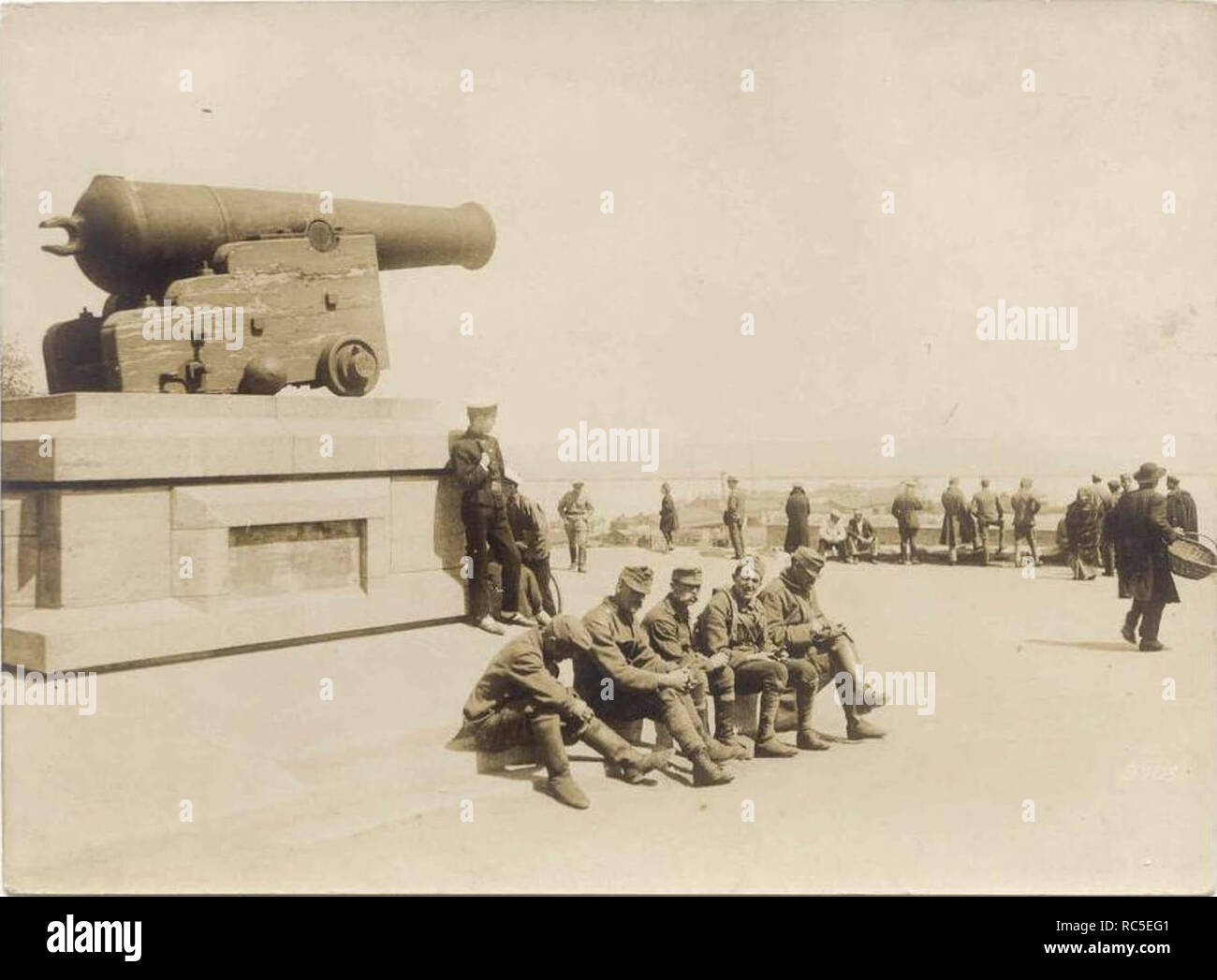 A 1918 postcard showing soldiers of the Austro-Hungarian Army resting by the gun from Tiger. - Stock Image