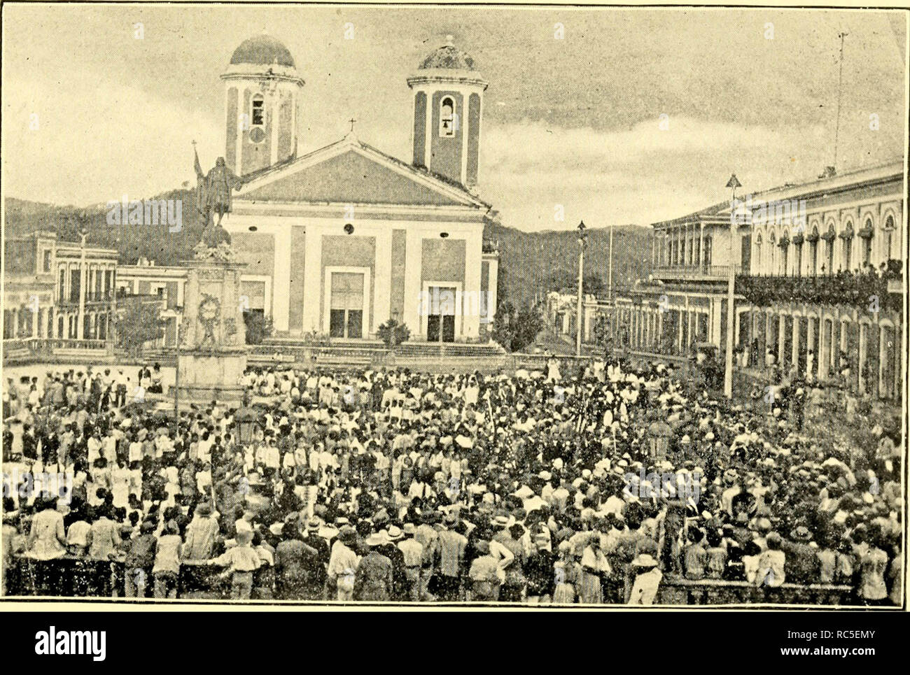 Crowded Plaza de Colón in Mayaguez, 1907 - Stock Image