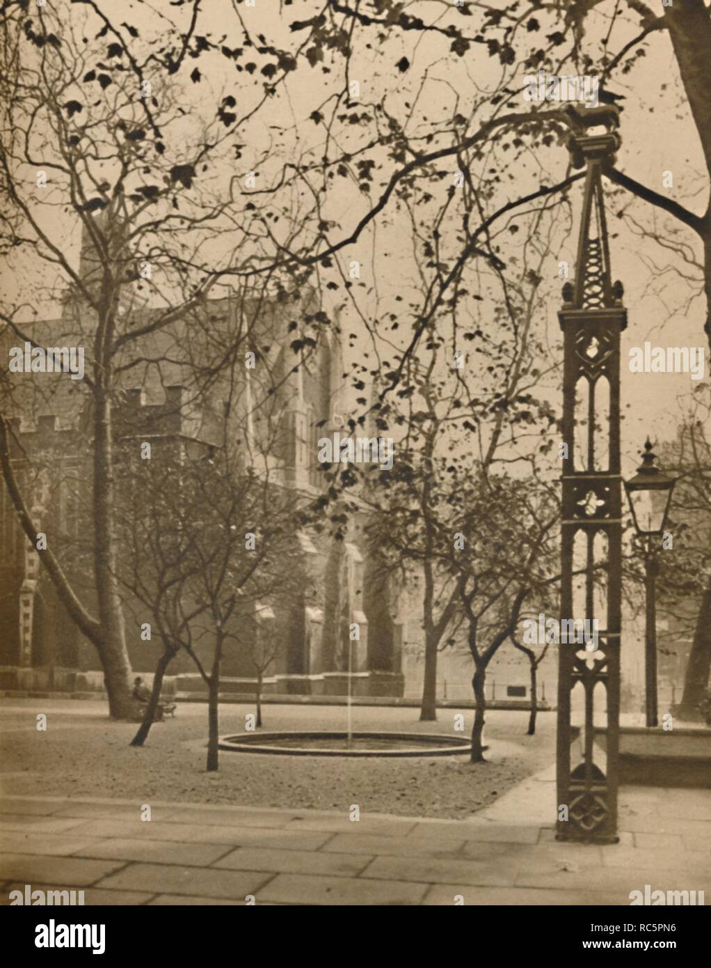 """'Middle Temple Hall and the Quietude of Fountain Court', c1935. Middle Temple is one of the four Inns of Court in London. From """"Wonderful London, Volume 1"""", edited by St. John Adcock. [The Fleetway House, London, c1935] - Stock Image"""