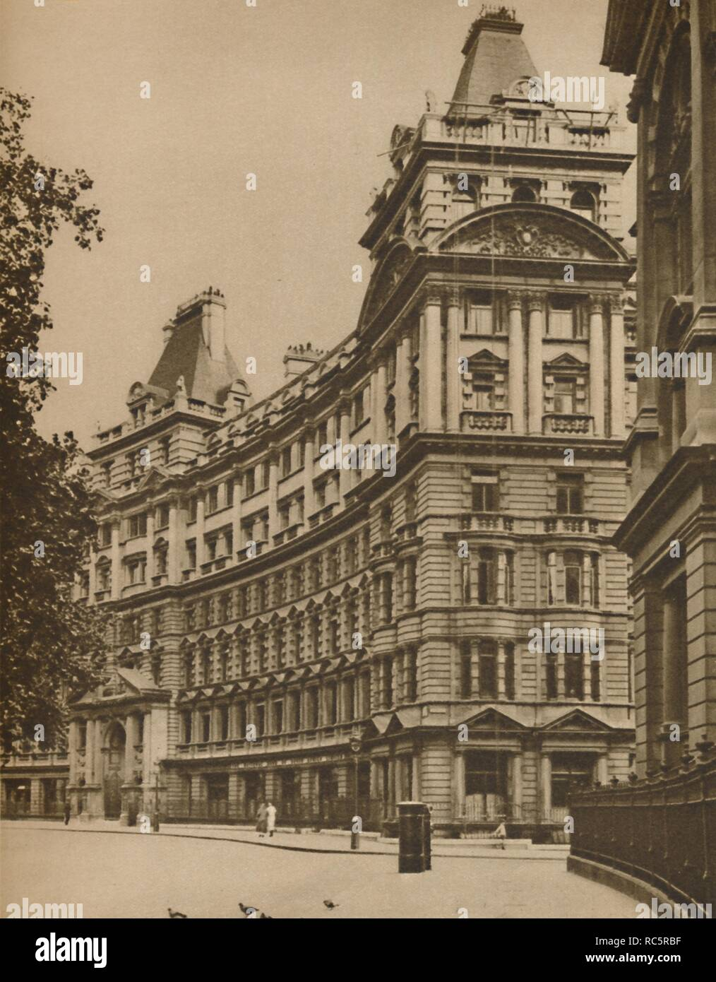 """'Salisbury House: Palatial Business Premises in the City', c1935. Buildings in Finsbury Circus, Moorgate, City of London. Salisbury House was designed by Davis and Emmanuel in 1899-1901. From """"Wonderful London, Volume 2"""", edited by Arthur St John Adcock. [The Fleetway House, London, c1935] - Stock Image"""