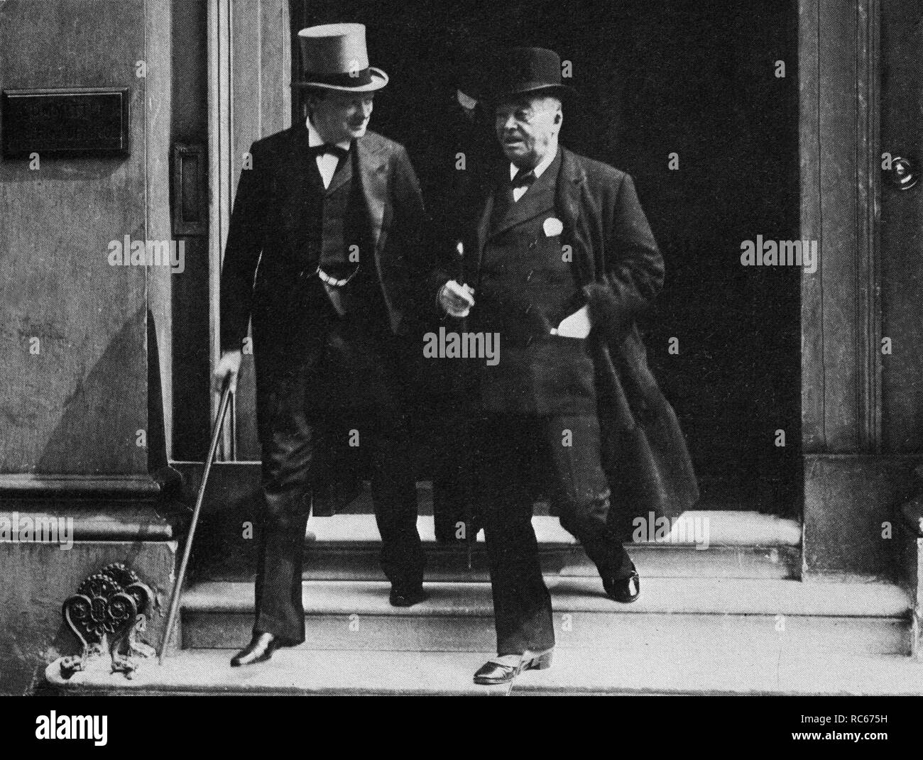 Winston Churchill and Lord Fisher leaving a meeting of the Committee of Imperial Defence in 1913 - Stock Image
