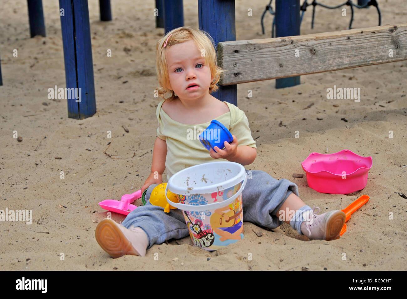 kleines Kind, Mädchen, 2 Jahre alt, auf dem Spielplatz | little child, 2 years old, on a playground Stock Photo